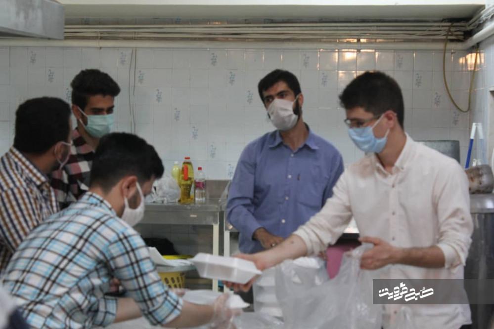 ۱۰۰۰پرس غذای گرم توسط دانشجویان بسیجی طبخ و توزیع میشود