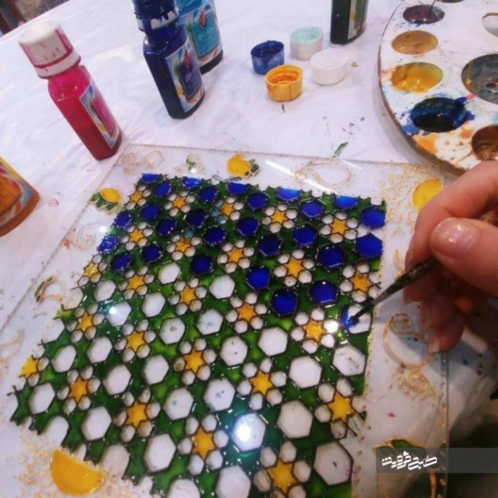 مسئولان استان قزوین با درخواست هنرمندان همراهی نمیکنند/ هنر شیشهگری در تهران اقبال بیشتری دارد