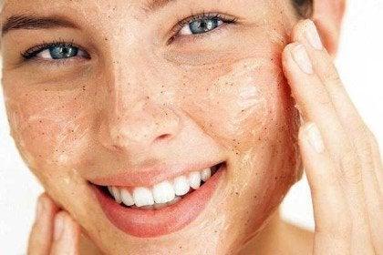 فرمولی طبیعی که صورتتان را مثل آینه صاف میکند+ اسموتی شاداب کننده پوست