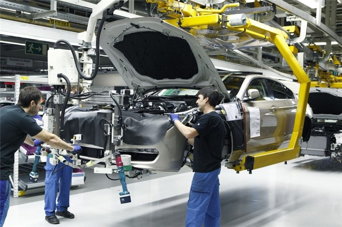 مشکلات بخش خودروسازی کشور در حال حل و فصل شدن است/ اقتصاد بدون نفت را جدی بگیریم