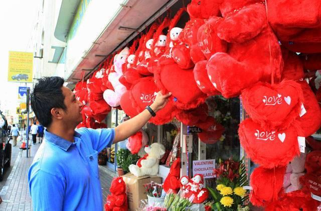 """""""ولنتاین""""؛ فرهنگ یا ضدفرهنگ؟!/ تاراج سنت اصیل ایرانی به نام عشق و دوستی"""