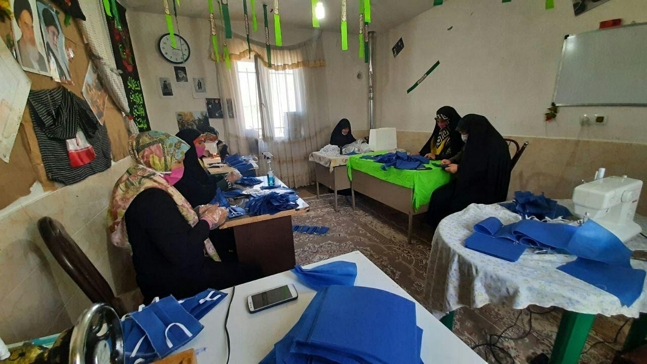 تولید روزانه ۵۰۰ ماسک توسط خواهران بسیجی رازمیان