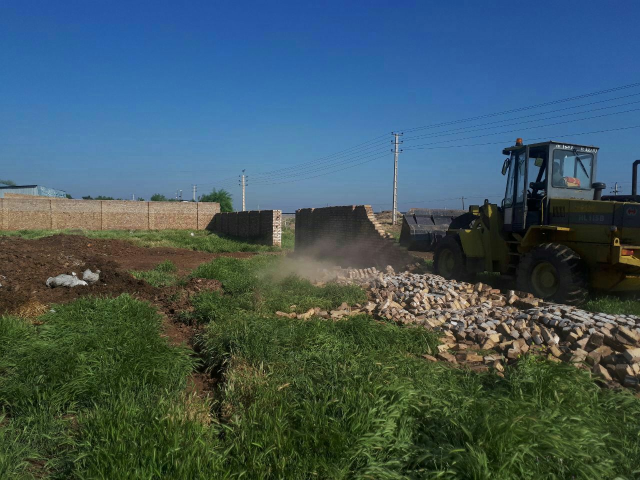 ۱۱ بنای غیر مجاز در اراضی کشاورزی بوئین زهرا تخریب شد