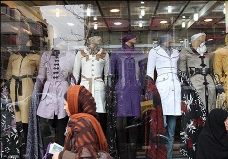 شوی پوشاک نامتعارف در قزوین/ گرما، بهانهای برای رونمایی از مانتوهای حریر و شیشهای شد!