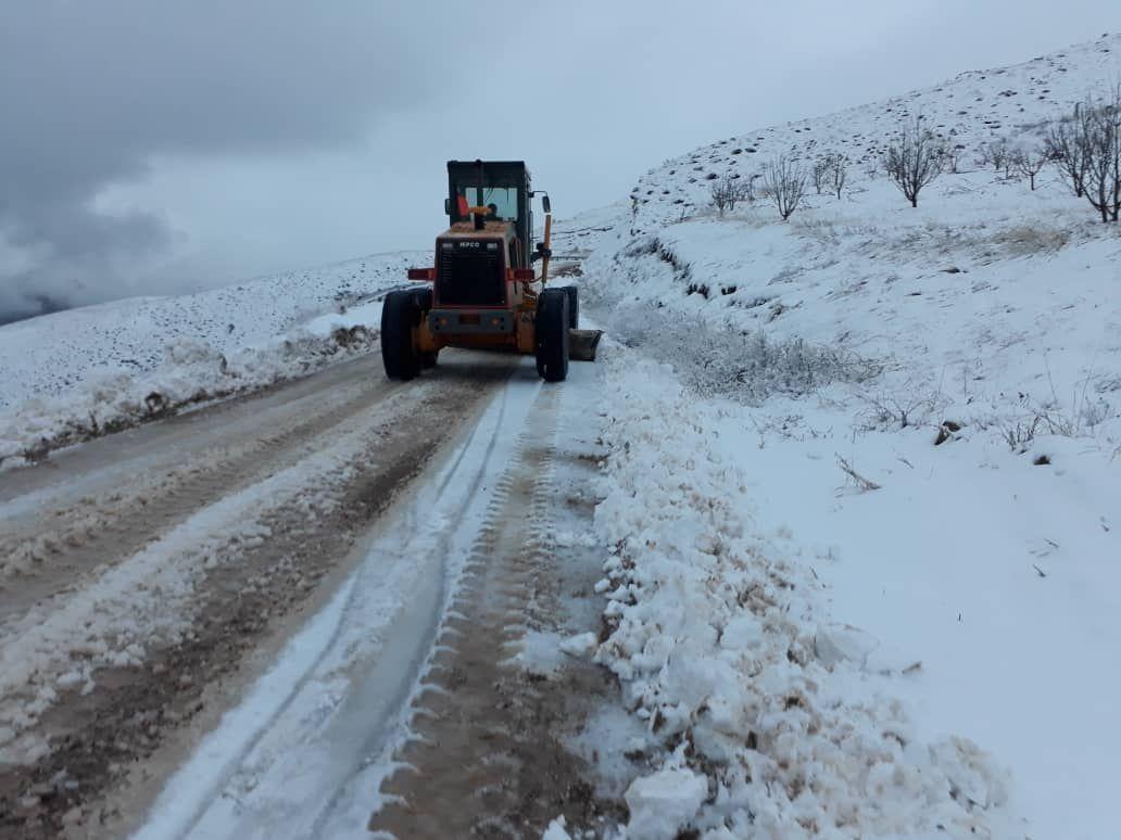 راهداران قزوین به ۸ خودروی گرفتار در برف امدادرسانی کردند